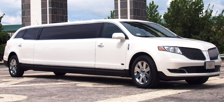 Lincoln MKT Exterior side view